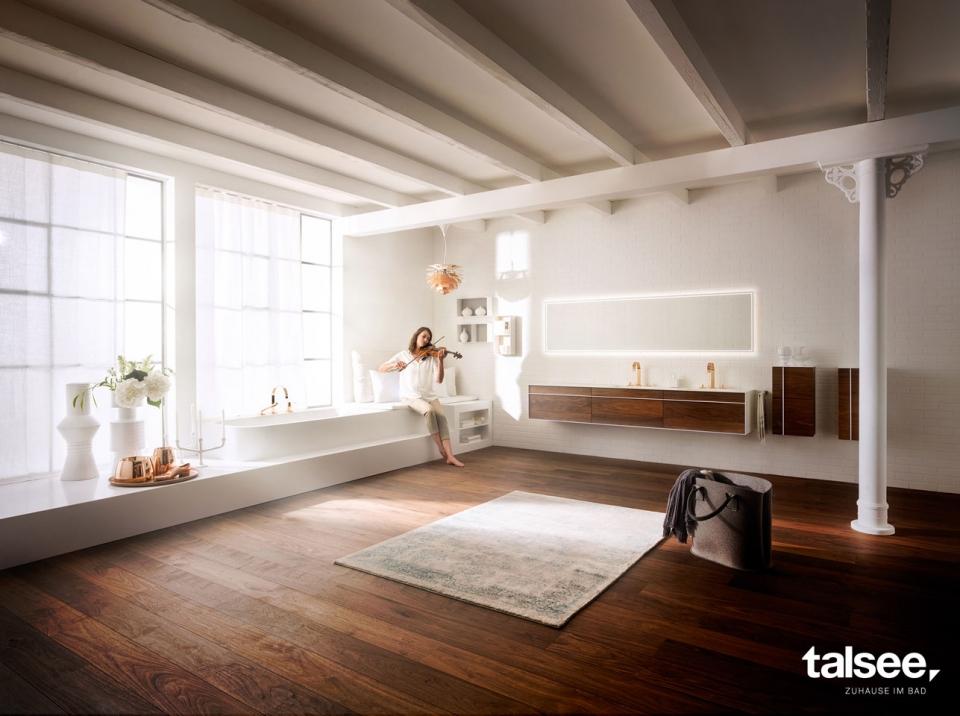HB talsee Zuhause im Bad Fotoshooting neue Kommunikation mit Frau