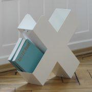 Bukan-Zeitschriftenstaender-Mox-Stahlblech-weiss-schwarz-rot-Design-Charles-O.-Job-11
