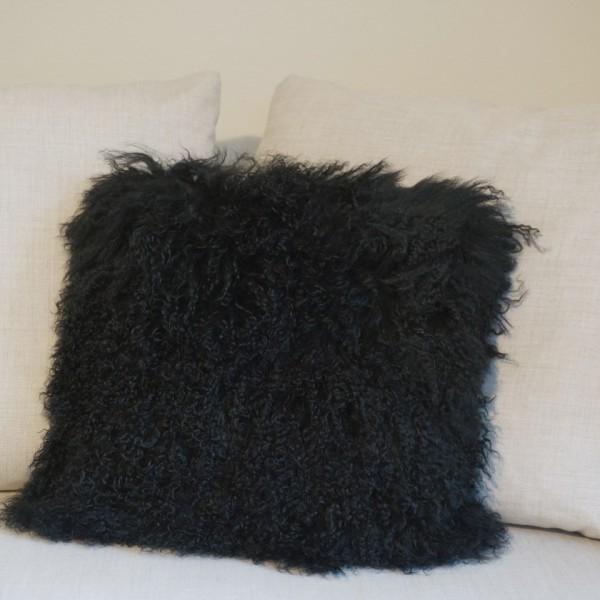fellkissen-schwarz-longhair-zapfenzieher-lammfell-tibet-1