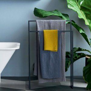 Der Handtuchständer Morphin ist ein praktischer und funktionaler freistehender Helfer für Bad und Ankleide.